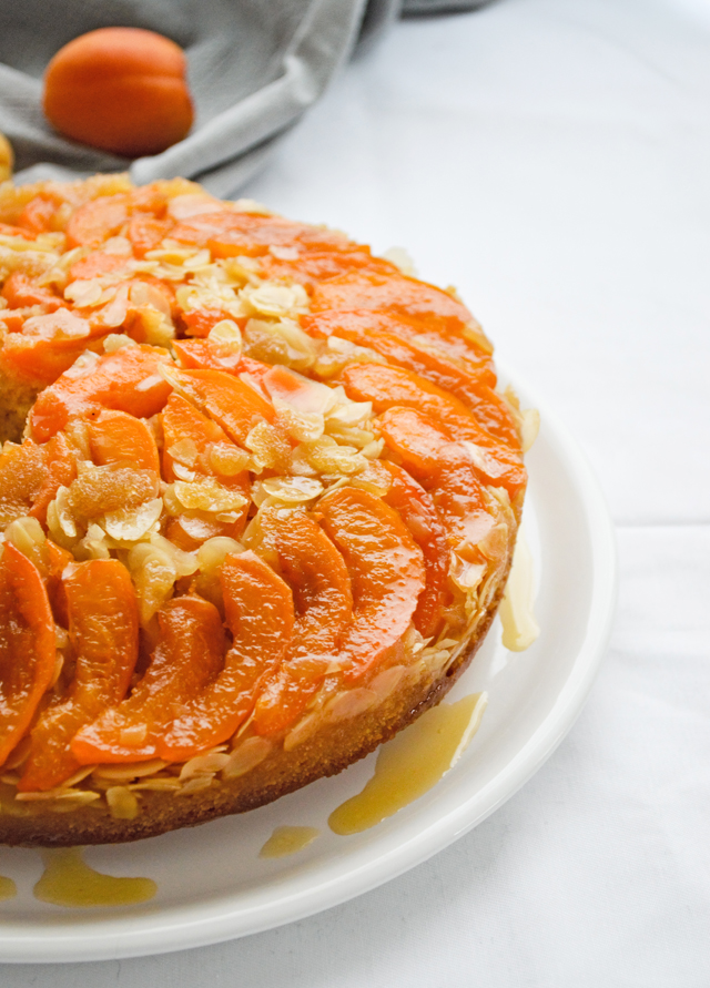 Apricot-almond upside-down cake - a wonderful sweet fruity cake, easy to throw together!