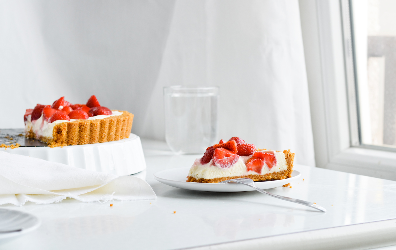 no-bake white chocolate strawberry tart made with creamy chocolate filling and fresh strawberries. An impressive summer tart!