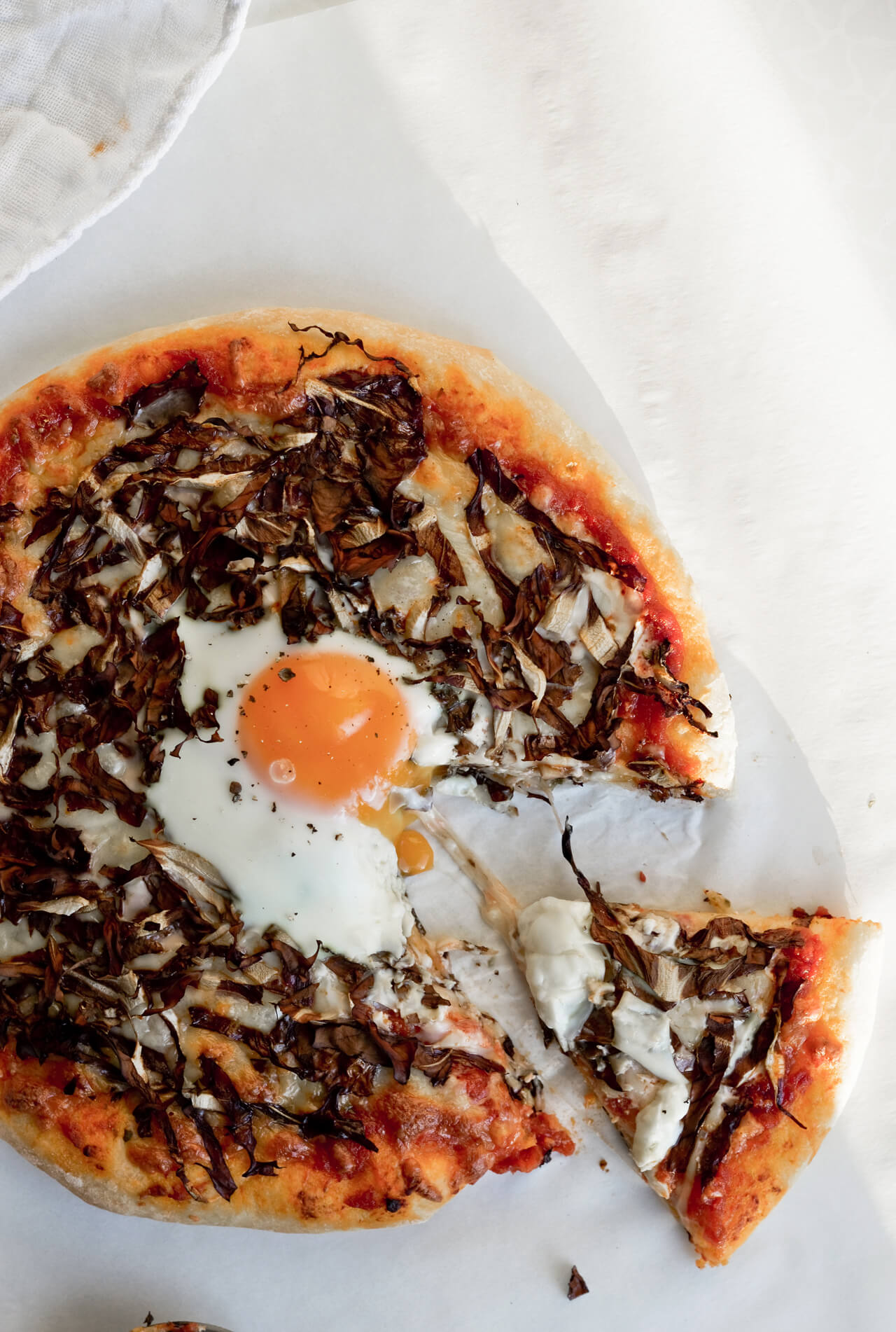 Recipe for simple radicchio pizza with egg on top - a tasty way to eat radicchio and to have more veggies with pizza!