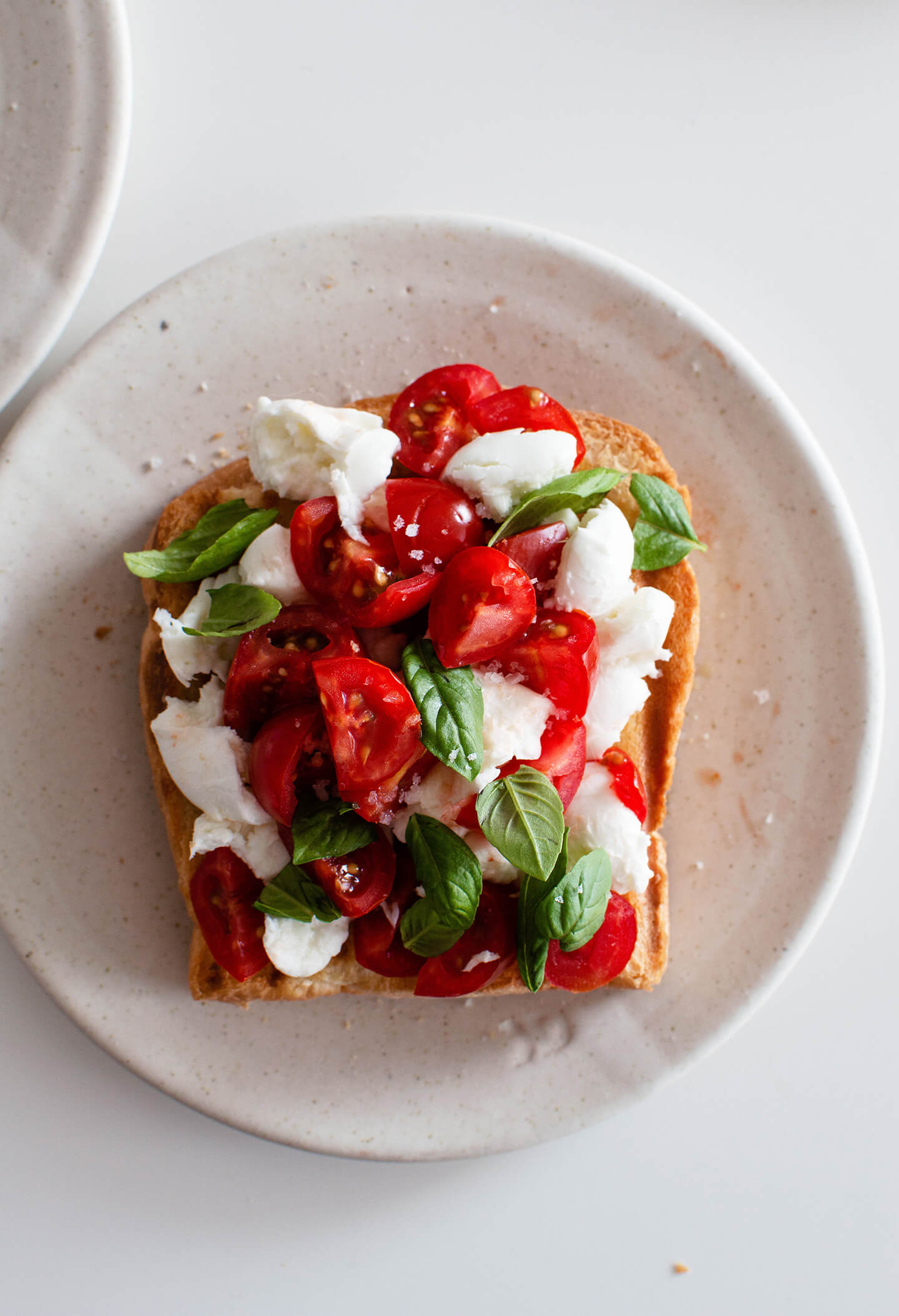 bruschetta-style tomato mozzarella toast makes the perfect breakfast or lunch! Made with fresh, sweet tomatoes and milky mozzarella, it is simple yet extremely satisfying!